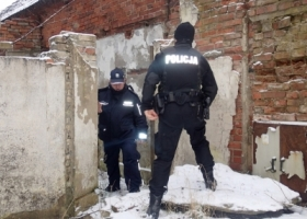 Policjanci podczas nocnego patrolu w porę zauważyli pożar budynku